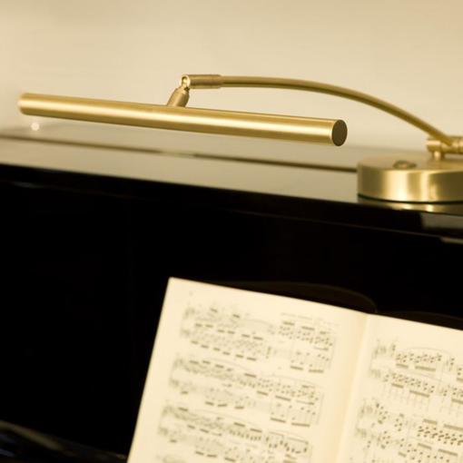 """Pianolampa """"Rondo"""" med svängd arm i matt mässing - Pianomagasinet"""