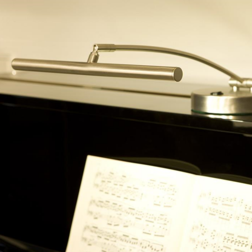 """Pianolampa """"Rondo"""" med svängd arm i blank svart - Pianomagasinet"""