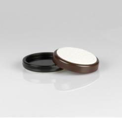Pianounderlägg i brun plast med undersida av filt - Pianomagasinet