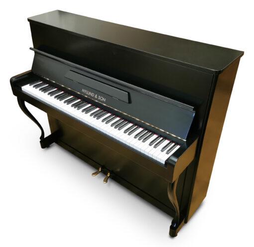 Akustiskt piano, Nylund & Son modell 110 - Pianomagasinet